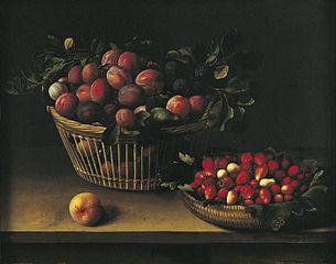 Corbeille de prunes et panier de fraises