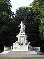 Mozart monument Vienna June 2006 363.jpg