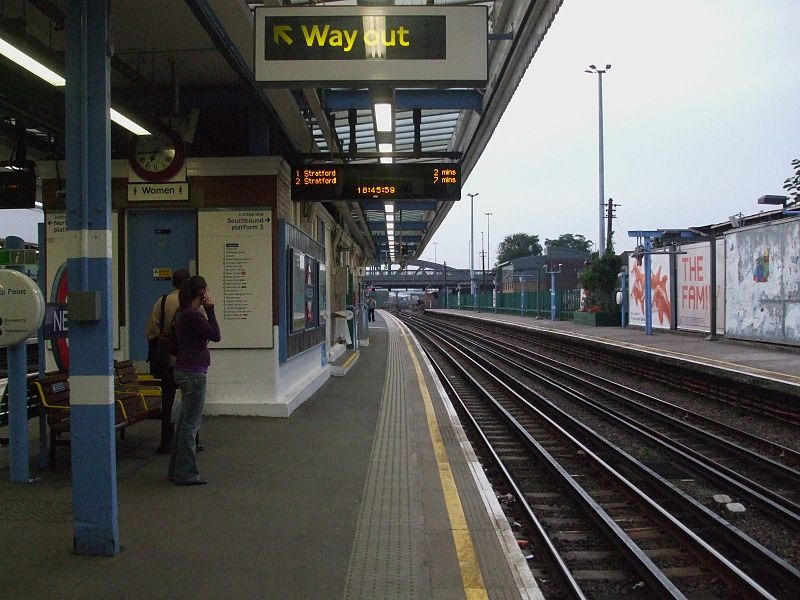 File:Neasden station look eastbound look west.JPG ...