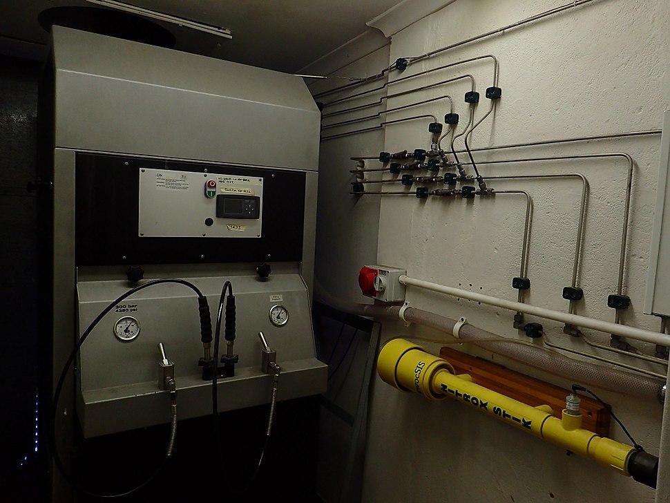 Nitrox continuous blending compressor installation P8160005