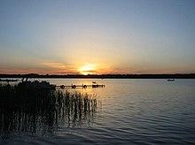Tramonto su un lago a nord del Minnesota.