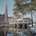 Overzicht van de brug over de Nieuwe Rijn met de galerij met zuilen en het stadhuis op de achtergrond - Leiden - 20382094 - RCE.jpg