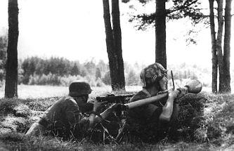 Финские солдаты в окопах под Иханталой. Один из солдат держит немецкий фаустпатрон