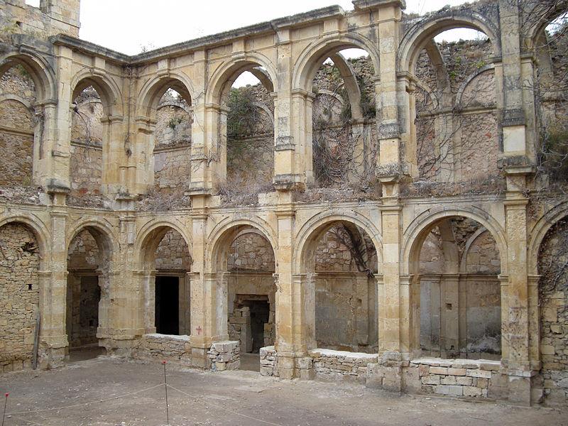 Parte del claustro del Monasterio de Rioseco.jpg