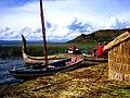 Peru, bei Puna – Auf den schwimmenden Schilf-Inseln leben ca. noch 2000 einheimische Urus - panoramio.jpg