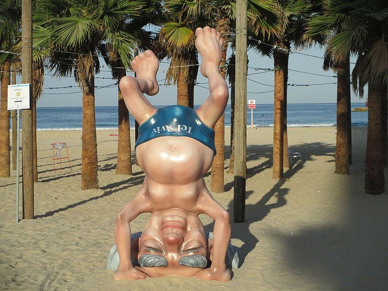פסל בן גוריון עומד על הראש בחוף תל אביב