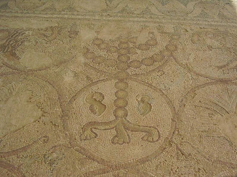 מנורה בפסיפס בית הכנסת העתיק במעון