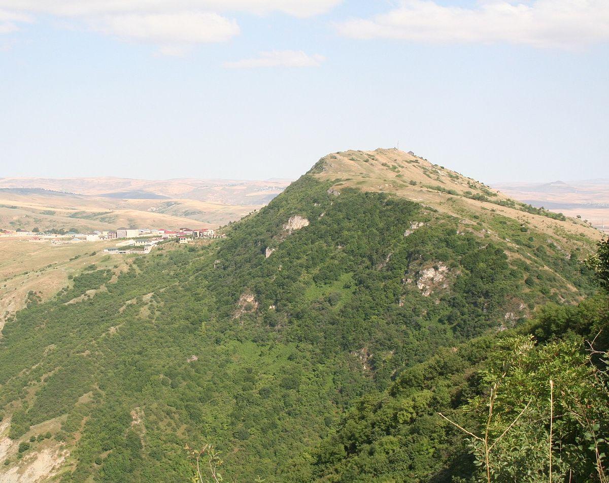 Pirdireyi mountain to the west from Shamakhi.jpg