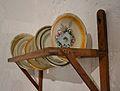 Plats de ceràmica i escorredor de fusta, Museu Etnològic de Dénia.JPG