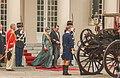 Prins Constatijn en zijn echtgenote Laurentien Brinkhorst stappen in de koets.jpg