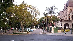 English: The entrance to the Queensland Univer...