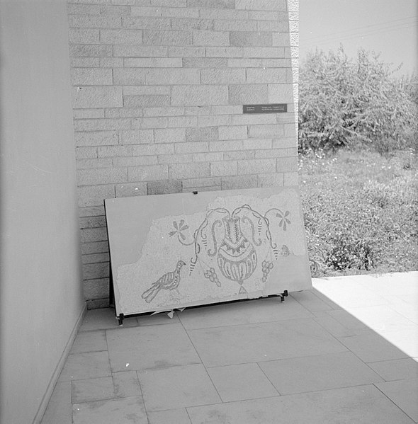 File:Quasileh, glasmuseum Deel van een glasmozaiek met een kantharos waaruit wijnra…, Bestanddeelnr 255-3788.jpg