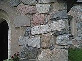 Fil:Rö kyrka, 2020g, byggd av stora stenblock av natursten.jpg