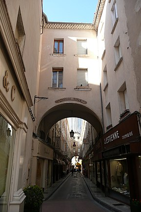 Rue commercante couverte à Carpentras.JPG