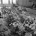 Ruimte met bloemstukken in manden (vermoedelijk cadeaus bij receptie), Bestanddeelnr 255-8483.jpg