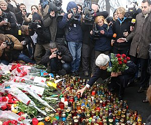 International reactions to the Euromaidan - U.S. Secretary of State John Kerry places roses atop the Shrine of the Fallen in Kyiv