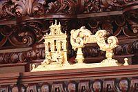 Llamador dorado con forma de monumento.