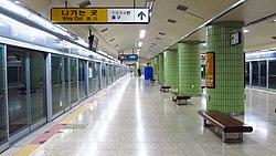 Seoul-metro-637-Changsin-station-platform-20181125-154400.jpg