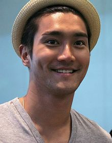 Siwon at Changi Airport, 10 May 2013 04.jpg
