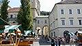 Slovénie, Ljubljana, Cathédrale Saint-Nicolas (Stolnica svetega Nikolaja) et Marché en plein air sur la Place Pogačarjev trg (46057647272).jpg