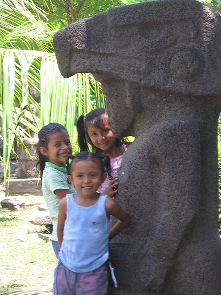 Fil: Statue och barn omotepe.jpg