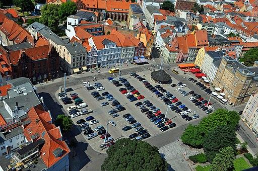 Neuer Markt in Stralsund, Blick von der Marienkirche au(2013-07-07-), by Klugschnacker in Wikipedia (15)