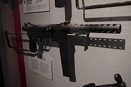 Submachine gun Model 76 (20077552865).jpg