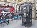 Telèfon públic amb wifi a Londres.jpg