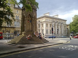 St Giles', Oxford - View of Martyrs' Memorial at the southern end of St Giles' with the Macdonald Randolph Hotel and Taylor Institution Library behind.