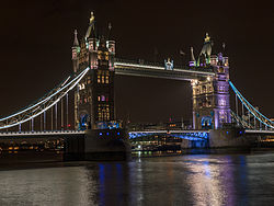Tower Bridge by night 02.jpg