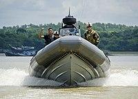 US Navy 110920-N-RI884-270 Mitglieder eines Festrumpf-Schlauchboot-Teams der Bangladesch-Marine trainieren mit Matrosen der US-Marine, rechts, von Riverine Squadron.jpg