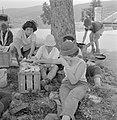 Uitstapje van jeugd uit een kibboets Een groepje jongeren in de schaduw van een, Bestanddeelnr 255-4491.jpg