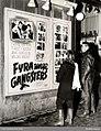 Ungdomar framför filmaffisch, Fyra unga gangsters - Nordiska museet - NMA.0030503.jpg