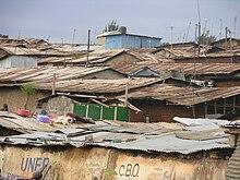 vue en plongée sur des toits en tôles rouillées