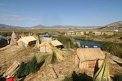 Photographie. Des hameaux de maisons en jonc tressé sur des îles artificielles