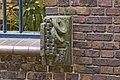 Vensterbank hoeksteen, rechts van het paraboolvormige venster (zijde- Ubbo Emmiusstraat), voorstellende een stel handboeien - Groningen - 20409122 - RCE.jpg