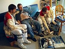 Un Rettungsassistent e un medico visitano un paziente con probabili problemi cardiaci