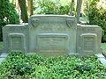 Voorzijde van het grafmonument voor zeven gesneuvelde Nederlandse militairen op de Algemene begraafplaats Zutphen.JPG