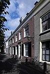 foto van Breed huis met rechte kroonlijst, brede ramen