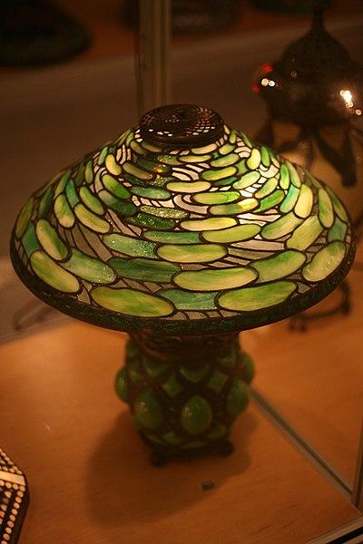 File:WLA nyhistorical Tiffany Studios Table lamp.jpg