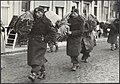 Watersnoodramp 1953. Nederlandse militairen sjouwen met bundels juten zakken doo, Bestanddeelnr 124-0209.jpg