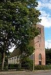 foto van Hervormde Kerk. Zaalkerkje met rondboogvensters. Opgetrokken op de plaats van de in 1864 door brand verwoeste middeleeuwse kerk. Orgel met Hoofdwerk en Bovenwerk, in 1871 gemaakt door L. Ypma