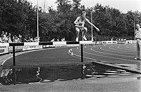 Winnaar steeple-chase Hans Koeleman (nummer 165) in aktie, Bestanddeelnr 930-9545.jpg
