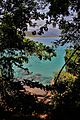 Água cristalina e rochas antigas no costão da Praia do Aventureiro. 03.jpg