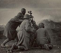 Έλληνες στρατιώτες με αποστασιόμετρο στο μέτωπο της Αλβανίας.jpg