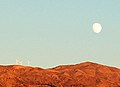 Ο ήλιος δύει... το φεγγάρι ανατέλει από το Παναχαϊκό... - panoramio.jpg