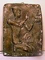 Барельеф с изображением египтянина со статуэткой Маат.jpg