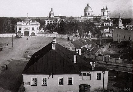 The square in 1906. The Gate Church is visible, and in the distance rise the spires and domes of the lavra. Pl. A. Nevskogo (1906).jpg