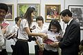 นายกรัฐมนตรี แจกลายเซ็นให้กับนิสิตในนิทรรศการ Light of - Flickr - Abhisit Vejjajiva.jpg