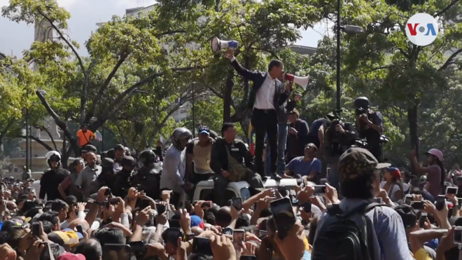 Juan Guaido speaks to supporters on 30 April 2019 Venezuela uprising - Guaido speaking.png
